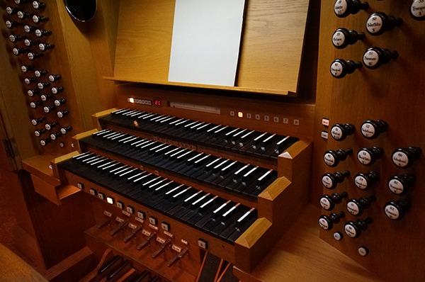 鍵盤の両サイドにあるノブ(ストップ)は音色を選択するもの。