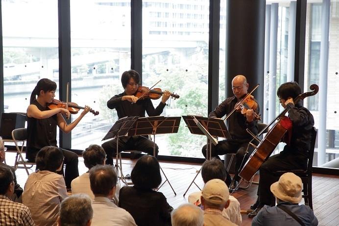 見晴らしの良いフェスティバルタワーウエスト3階ロビーに鳴り響く弦楽四重奏! (C)飯島隆