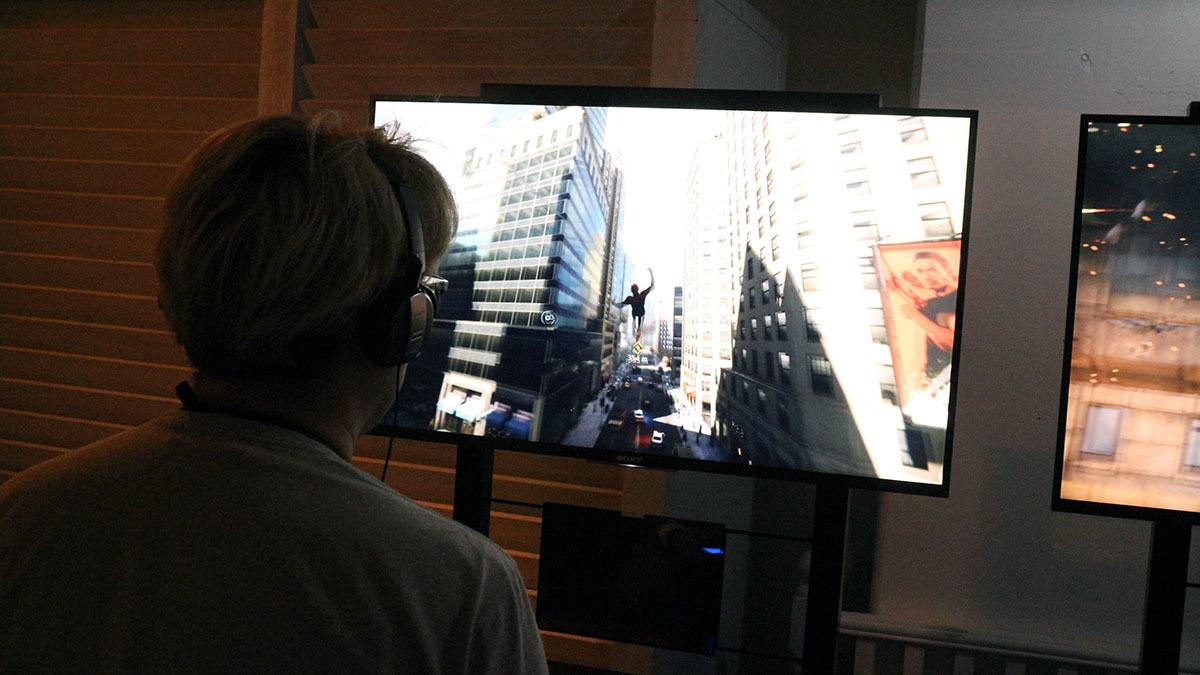 摩天楼の中を自在にスウィングして移動 撮影:梅田勝司