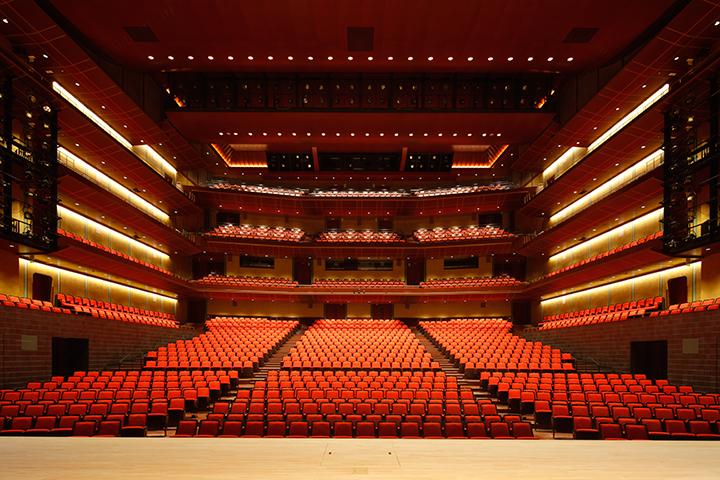 2005席を有するメインホール内観 写真:小川重雄 提供:ロームシアター京都