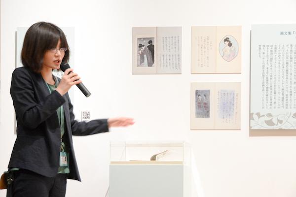 『揺籃』を解説する日比谷図書文化館の井上海学芸員