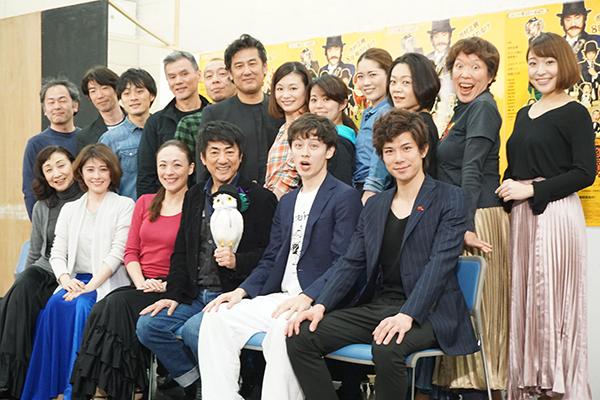 前列左から、春風ひとみ、宮澤エマ、シルビア・グラブ、市村正親、ウエンツ瑛士、柿澤勇人。後列はカンパニーキャスト12名。