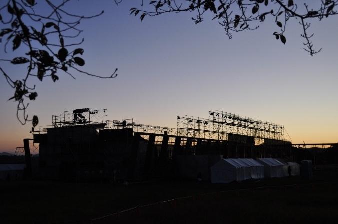 開演後間もない時間の野外劇場の外の風景。 [撮影]吉永美和子