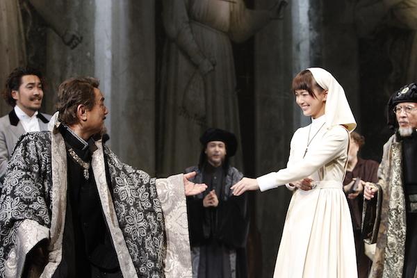 彩の国シェイクスピア・シリーズ第32弾『尺には尺を』(彩の国さいたま芸術劇場)イザベラに求婚する公爵。左から、松田慎也、辻萬長、内田健司、多部未華子、原康義。 撮影/渡部孝弘