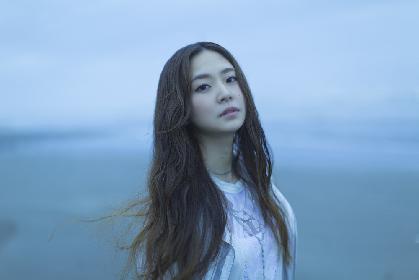 宮脇詩音 新作のジャケット写真は、青色が広がる幻想的な世界