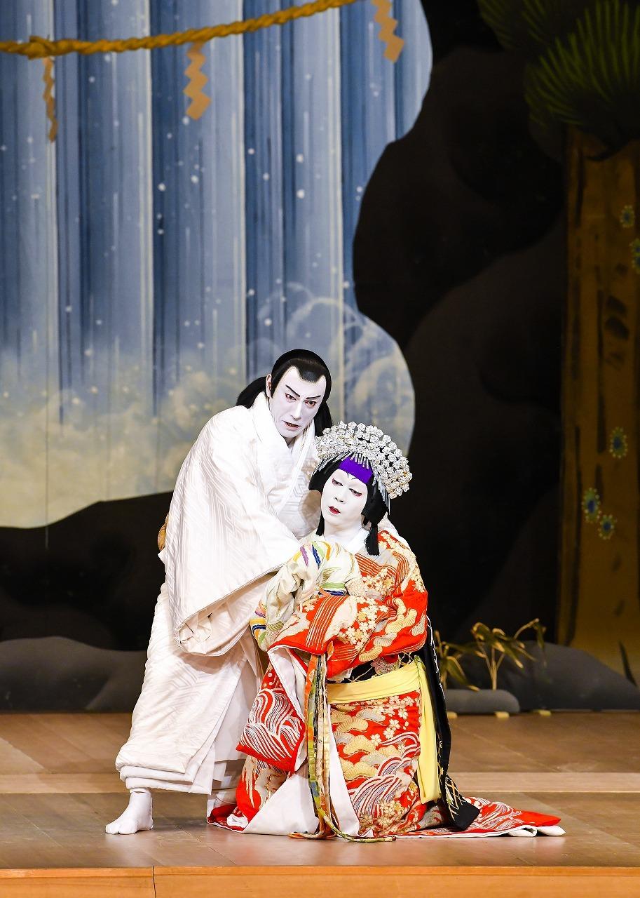 『雷神不動北山櫻』(左から)鳴神上人=市川海老蔵、雲の絶間姫=中村児太郎 /(C)松竹