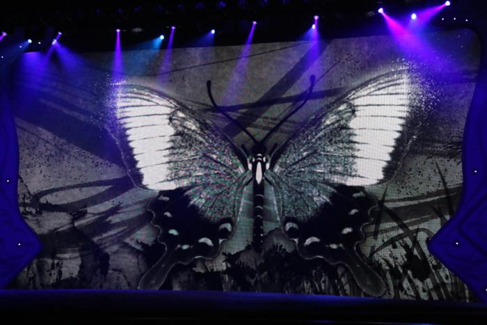 蝶をテーマにした歌舞伎の一場面。頭上から何かが降ってくるかも!「滝沢歌舞伎2016」