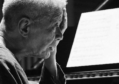 クラシック・ピアノ界のレジェンド・高橋悠治が40年ぶりの再録音となる『サティ 新・ピアノ作品集』発売