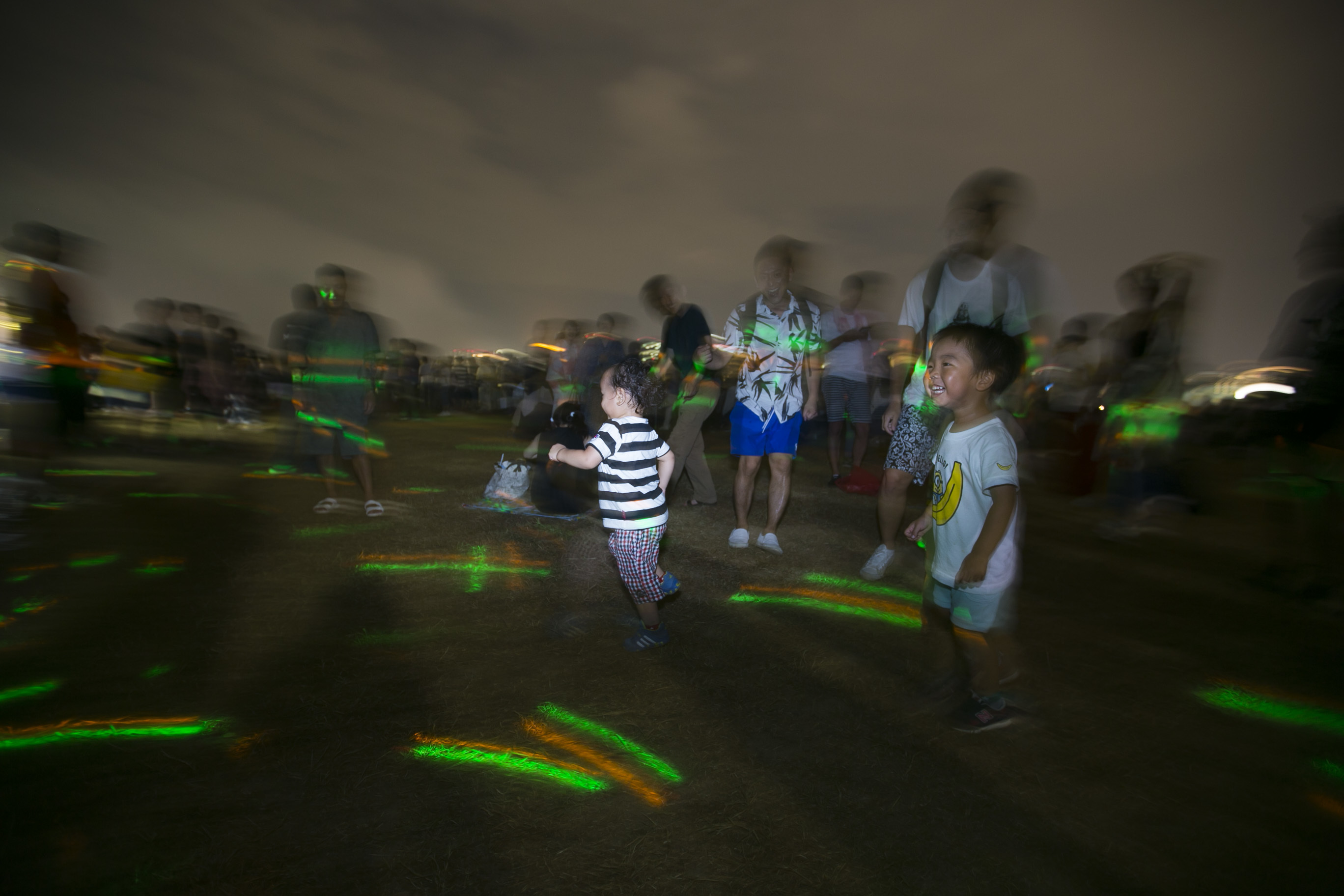 音楽に合わせて踊る子供ダンサー