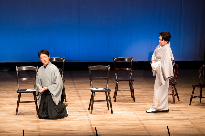 朗読劇『明治一代女』(左から)河合雪之丞、波乃久里子。緊張感のあるシーンが続く。