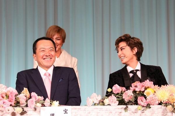 (左から)小川友次理事長、柚香光