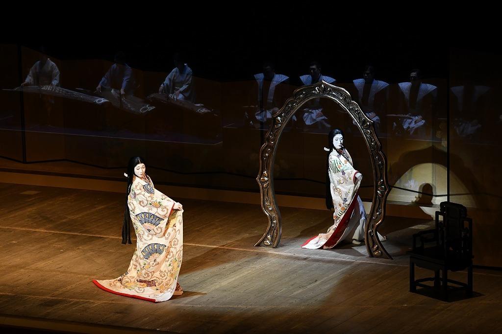 『本朝白雪姫譚話』(左から)野分の前=中村児太郎、鏡の精=中村梅枝