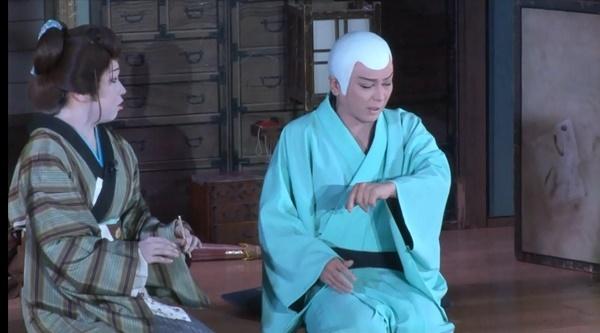 『お里沢市』の一場面。沢市(千夜座長)はお里(悠介さん)に疑いを向ける。(DVD『澤村千夜誕生日特別公演2015』より)