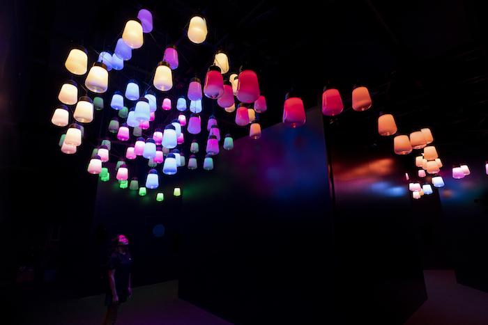 チームラボ《呼応するランプのアレイとスパイラル - ワンストローク, Metropolis Tokyo》