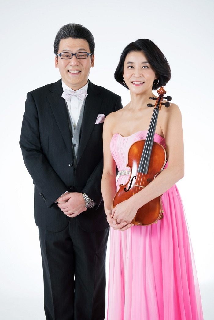 (左から)軽部真一、高嶋ちさ子(ヴァイオリン)