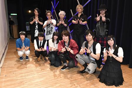 写真下段左から阪口大助、石田彰、上田麗奈、小野大輔、中村悠一、鈴木絵理 写真上段はFo'xTails
