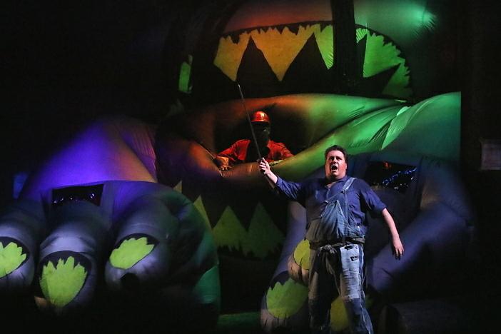 新国立劇場オペラ『ジークフリート』ゲネプロより 大蛇と戦うジークフリート