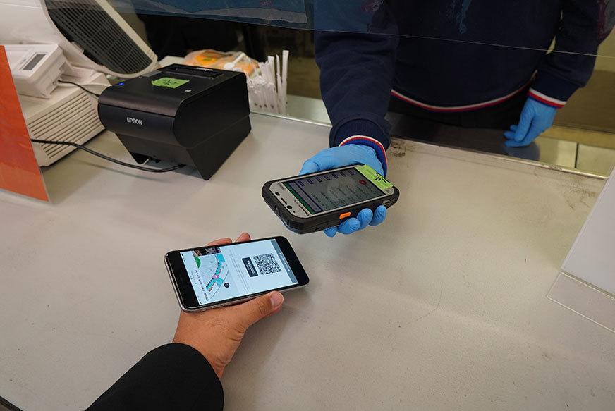 スマートフォンに表示されるバーコードを店頭で提示して、商品を受け取る