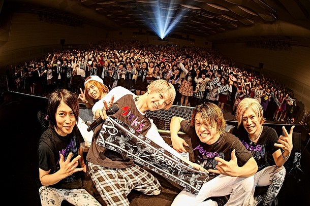 12月29日に大阪・松下IMPホールにて開催された「VersuS 2015 極彩SuG VS 極悪SuG」大阪・松下IMPホール公演の様子。(提供:ポニーキャニオン)
