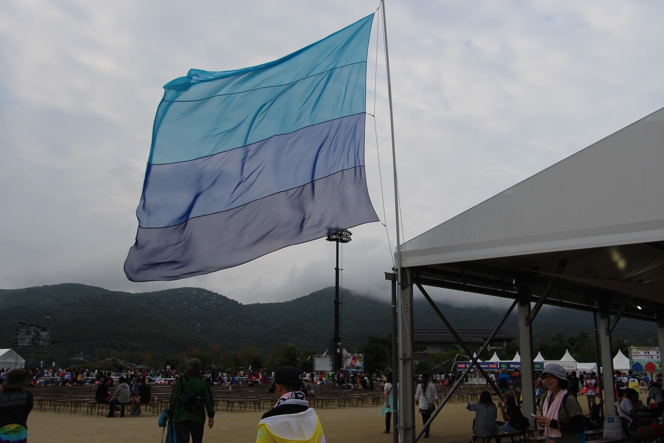 青空に映える、大きなフラッグ