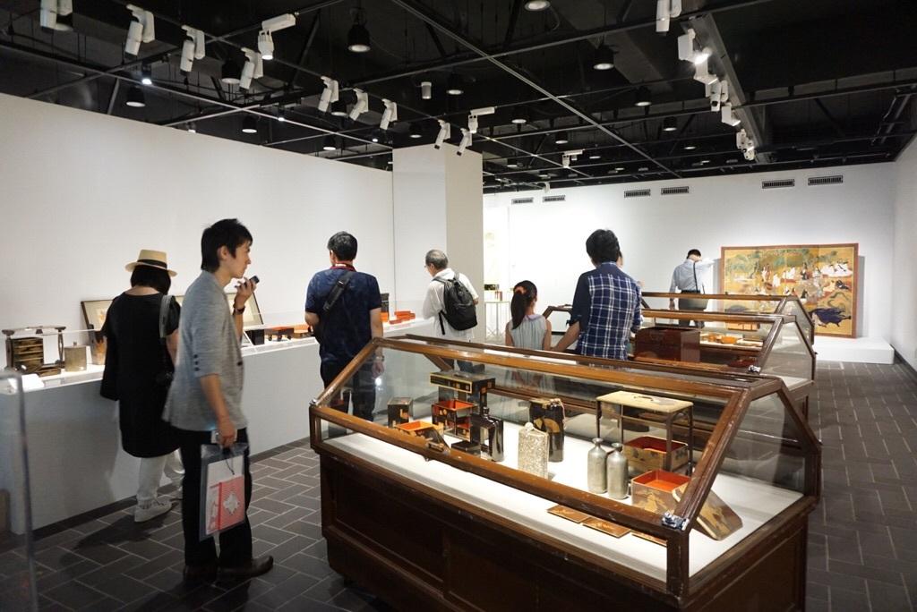 江戸時代のユニークなお弁当箱が並ぶ