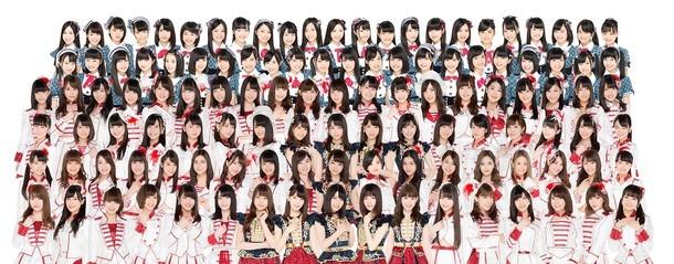 AKB48。下から4段目の右から5番目が伊豆田莉奈