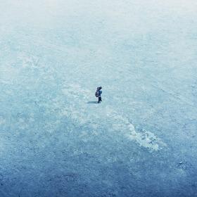 """大橋ちっぽけ、""""青の世界""""を歩く ミニアルバム『僕と青』のジャケット写真公開"""