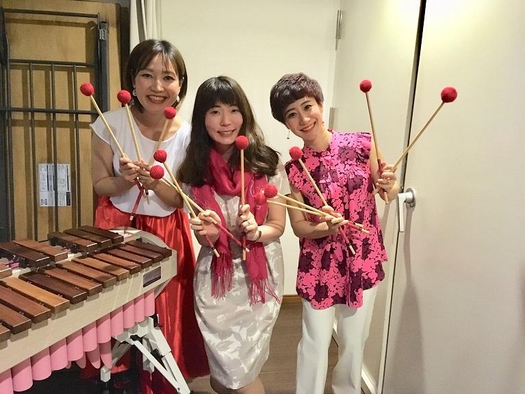 「レヴュー」:演奏 白石麻奈美(ピアノ・左)、大森香奈(マリンバ)