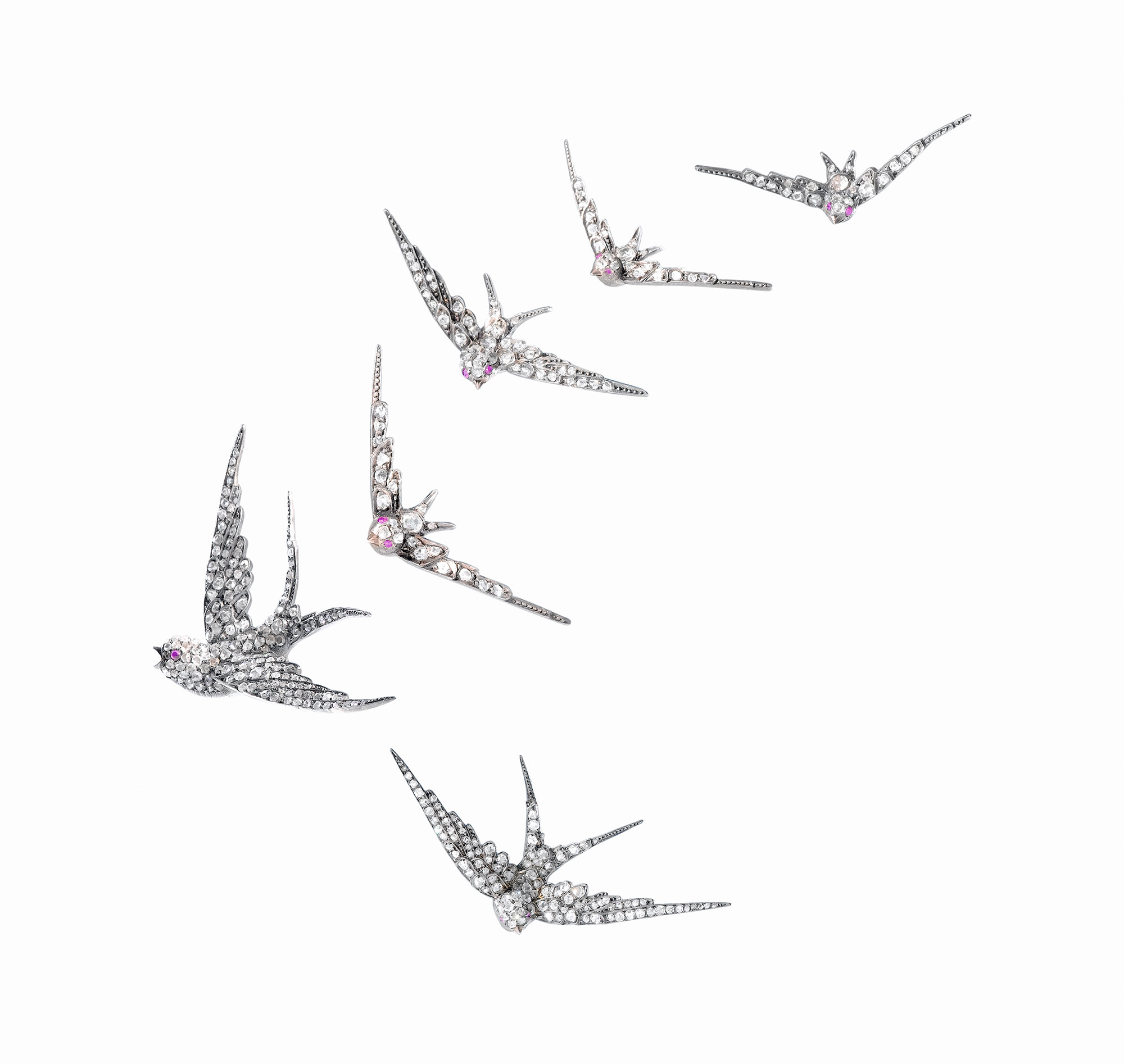 ジョゼフ・ショーメ 《6羽のツバメの連作》 1890年 プラチナ、ゴールド、ダイヤモンド ラリック美術館、ヴィンゲン=シュル=モデール、シャイ・バンドマン&ロナルド・オオイ寄託 (C) Rami Solomon & Kineret Levy Studio, Israël, Musée Lalique, France, dépÔt Shai Bandmann et Ronald Ooi