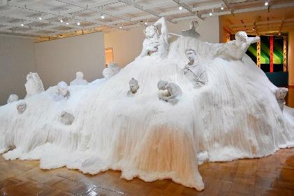 『小沢剛 不完全ーパラレルな美術史』展レポート 「醤油画」や新作インスタレーション、ユーモア溢れる小沢芸術が集結