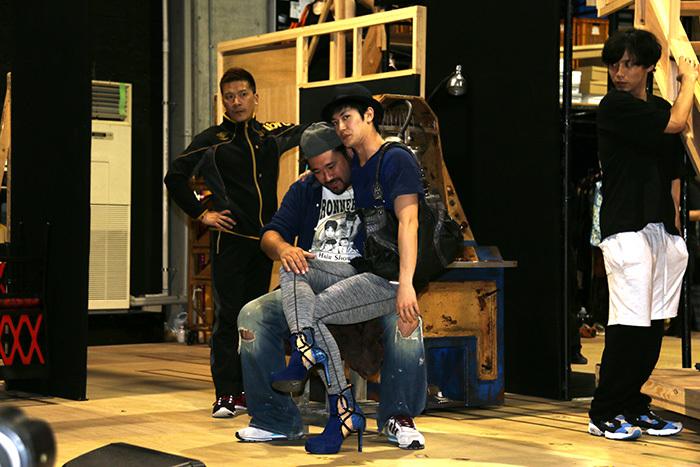 勝矢さんの膝の上にも乗っちゃいます! ブロードウェイミュージカル『キンキーブーツ』