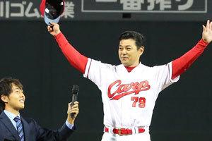 優勝インタビューでは、まず「ありがとう!!」と感謝の意を伝えた緒方監督 ©広島東洋カープ