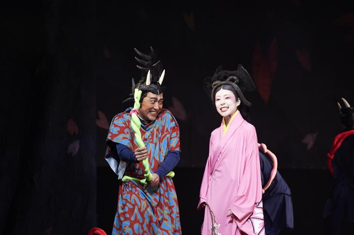 NODA・MAP『贋策 桜の森の満開の下』ゲネプロより(左から)池田成志、深津絵里