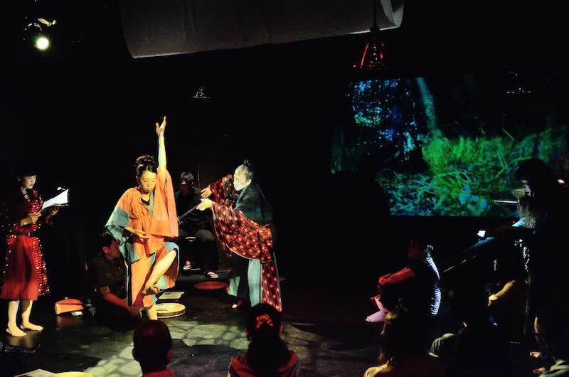 2016年9月「七ツ寺共同スタジオ」での初演より。車座になって演者を囲み、村の広場で語り部の話を聞くようなスタイルの客席で上演された  撮影/山崎のりあき