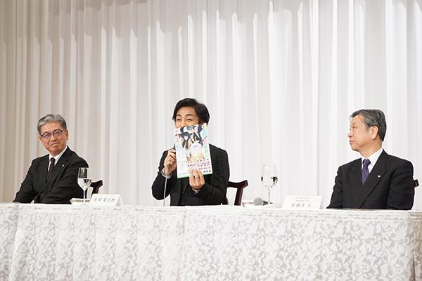 左から、明治座の三田芳裕社長、片岡愛之助、松竹の安孫子正副社長