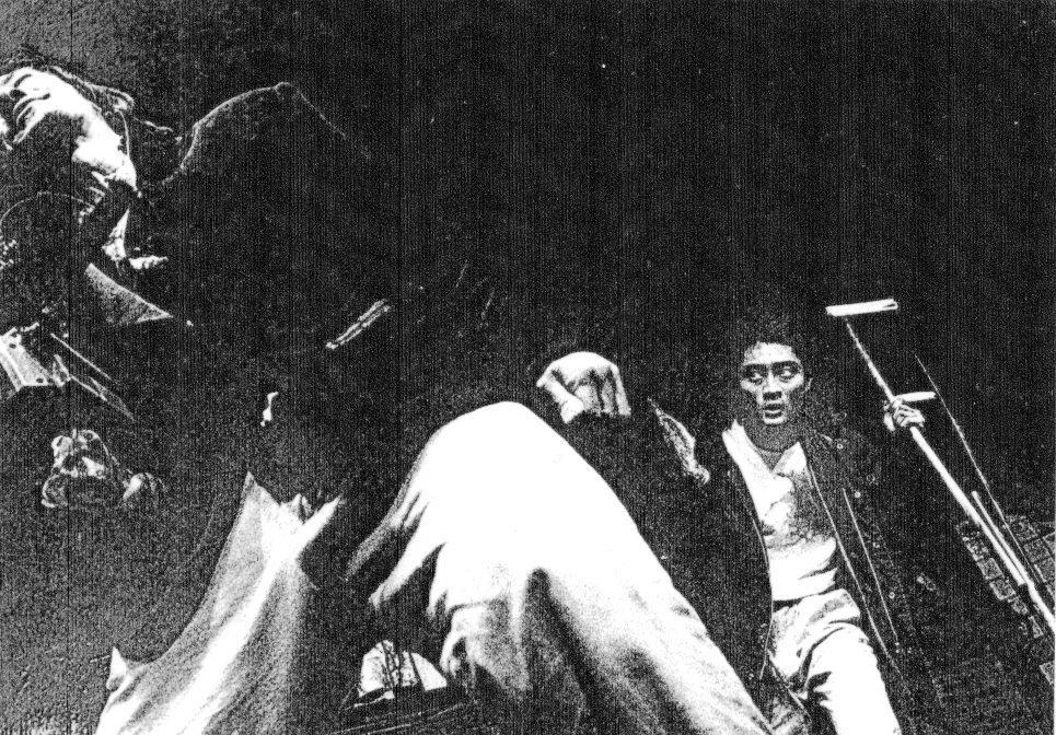"""唐組『ビンローの封印』1992年の初演より。左側は元劇団員の伊藤ゲン。右側は現在""""役者武者修行中""""の稲荷卓央。 ©唐組"""