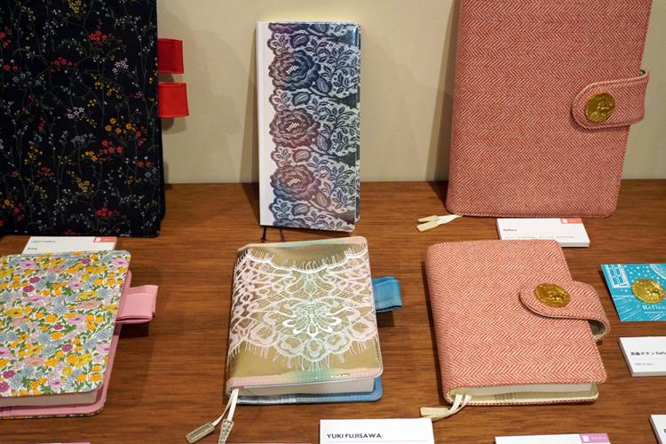 中央の華やかな二冊がYUKI FUJISAWAの手帳。まるで手帳自体が宝石のよう。