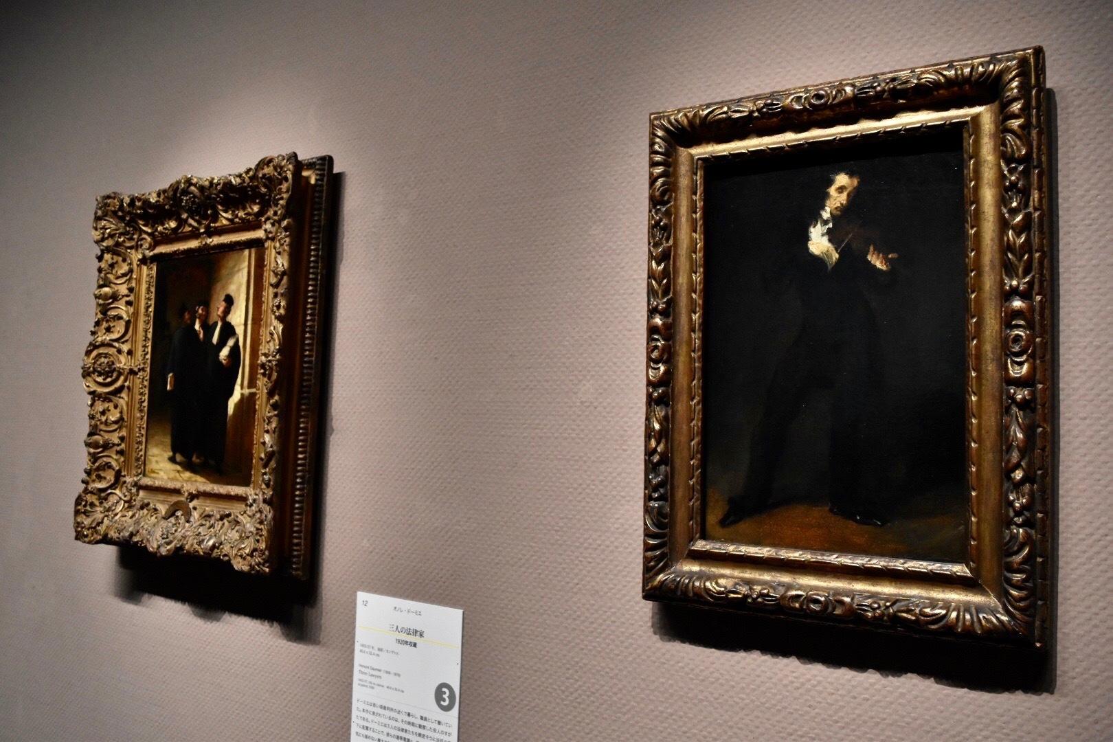 展示風景:右:ウジェーヌ・ドラクロワ 《パガニーニ》 1831年 左奥:オノレ・ドーミエ 《三人の法律家》 1855-57年