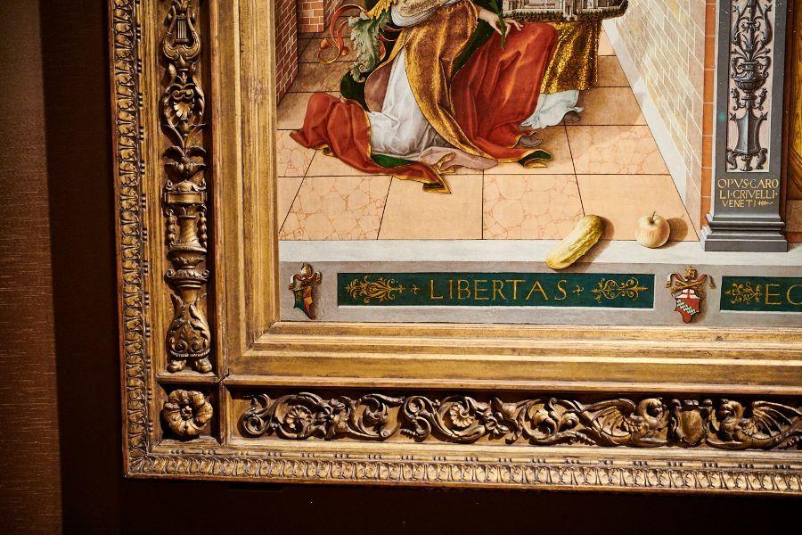 カルロ・クリヴェッリ《聖エミディウスを伴う受胎告知》(部分)。林檎と瓜が立体的に描かれている。