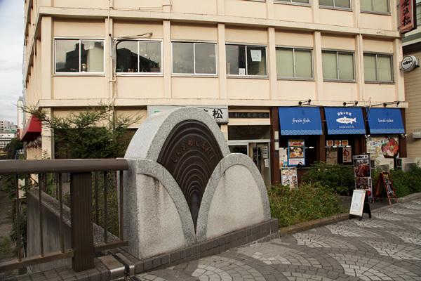 新亀川橋のたもとのビル2階がマレビト店舗