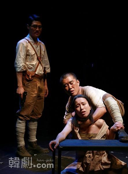 コップニ(パク・スジン)は神風特攻隊に徴兵され、死に怯える若い兵士・高橋(クォン・ギョムミン)に虐待を受ける。後ろにはそれを見つめる上官の小津山(リュ・ヨンス)