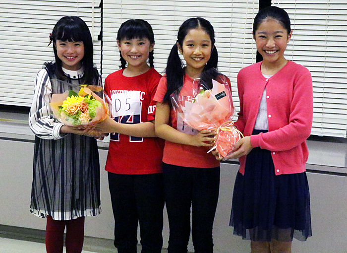 新アニー(岡 菜々子、山﨑 玲奈)に花束を渡す新井 夢乃(左端)、宮城 弥榮(右端)
