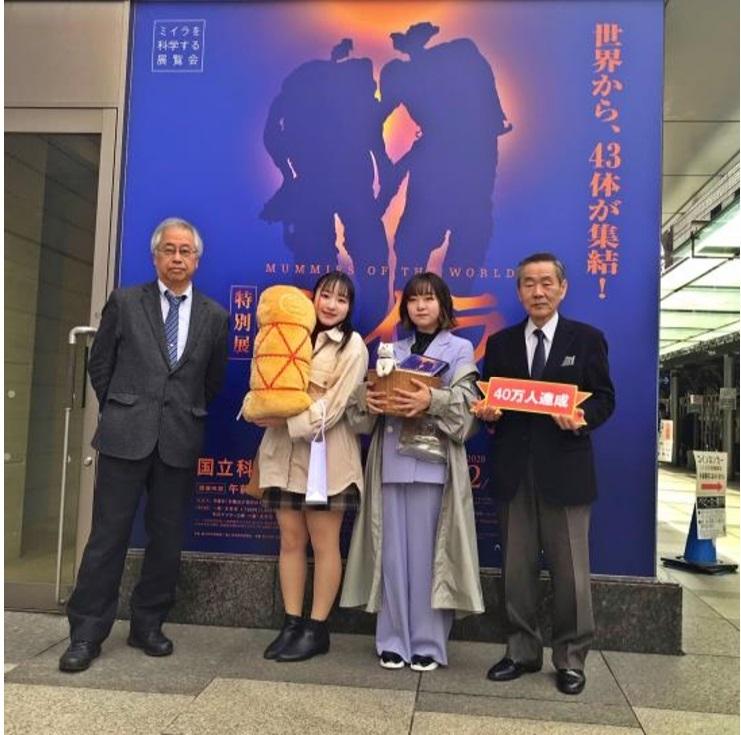 右より:国立科学博物館長の林良博、金子侑莉さん、河原詩歩さん、 国立科学博物館副館長兼人類研究部長の篠田謙一