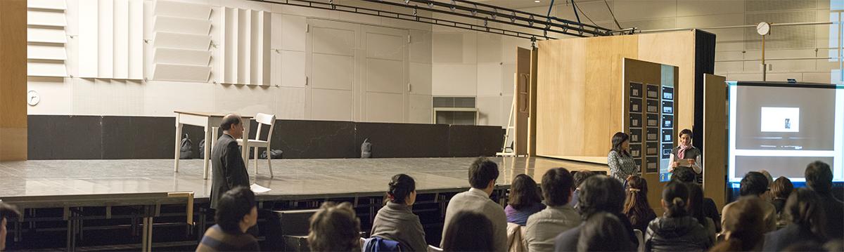 実寸大の舞台装置を前に、演出コンセプトの説明に聞き入る歌手、スタッフ陣