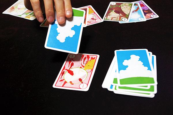手番ではカードを1枚ずつめくるだけ!