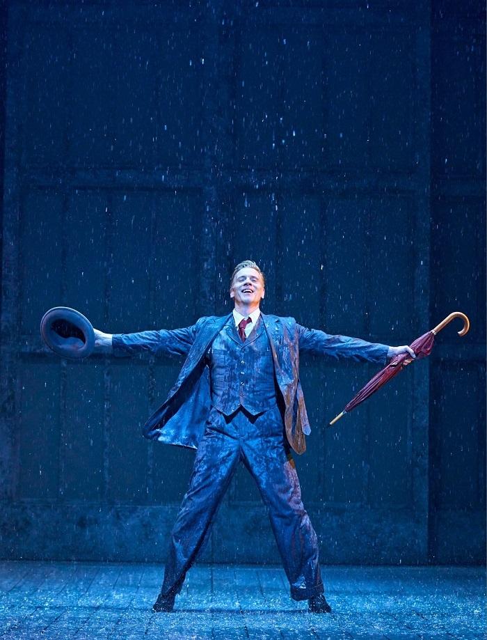 『SINGIN' IN THE RAIN -雨に唄えば-』2021年英国公演での舞台写真  photo by Manuel Harlan