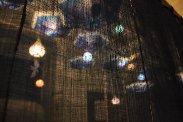 エレベーターホール大のれんに透ける灯