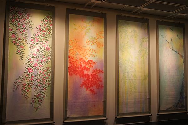 本展覧会のための4連作「四季彩花」