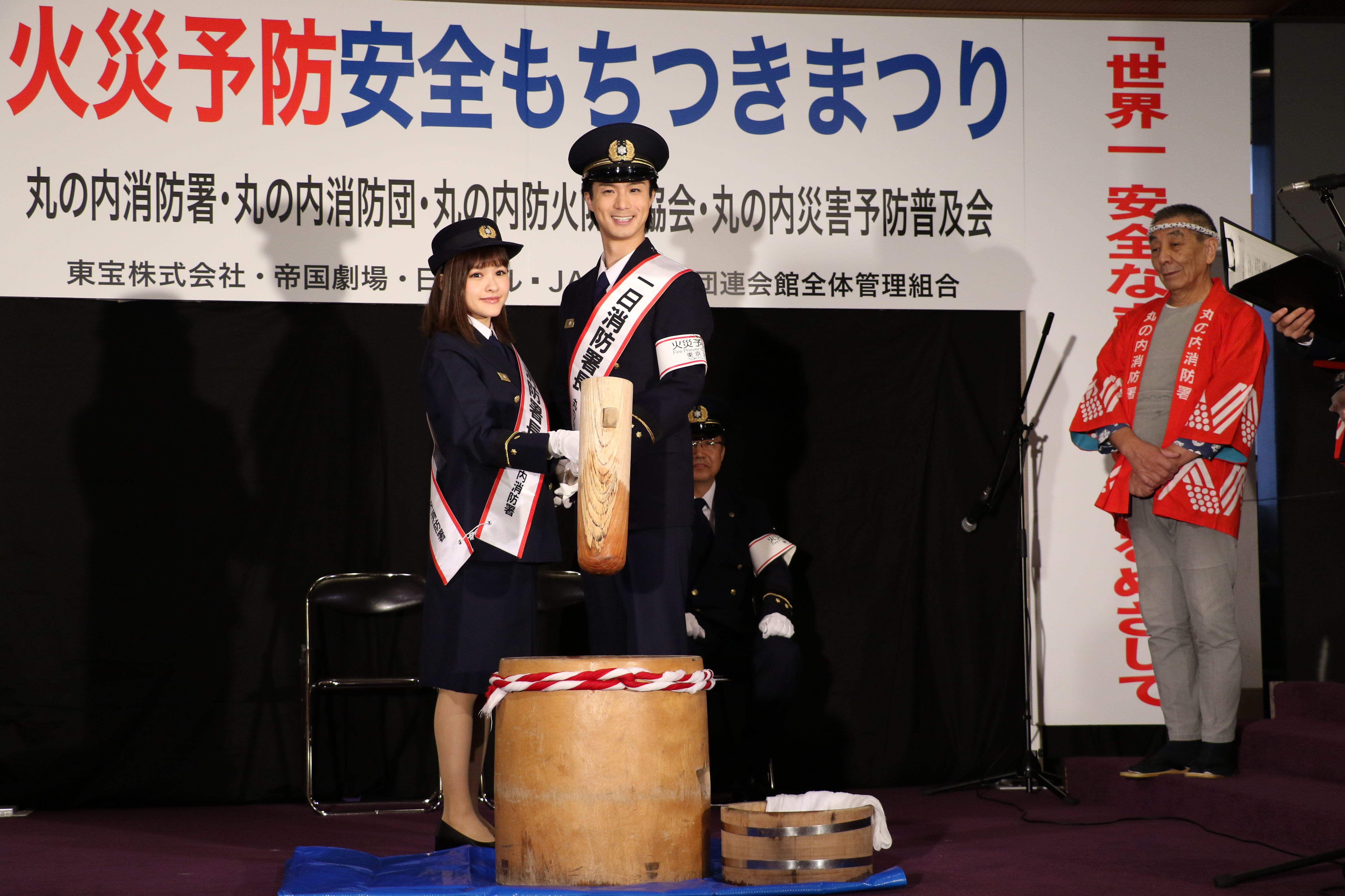 餅つきをする昆夏美と田代万里生