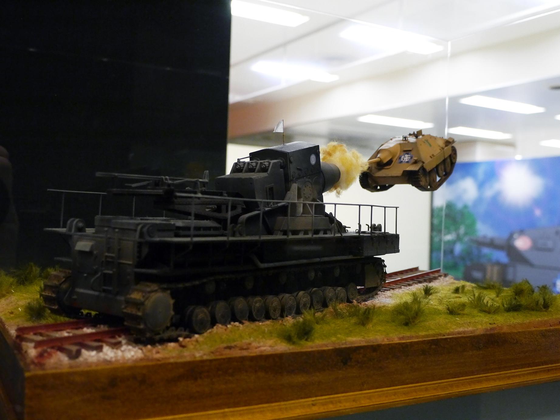 印象的な戦車戦の数々をリアルに再現した山田卓司のジオラマが勢ぞろい。様々な角度から眺められるのも大きな魅力だ